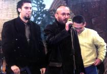 2003. La decernarea premiului pentru debut acordat de Fundația PRO revistei Descoperă. Cu Marc Ulieriu (redactor șef) și Radu Leonte (art director)