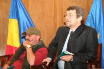 Iași, 2008. Aula Bibliotecii Centrale Universitare. Cu Emil Stratan, la prima ediție a Petrecerii cu poezie, prieteni și trufe de ciocolată