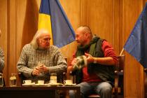 Iași, 2008. Aula Bibliotecii Centrale Universitare. Cu Emil Brumaru, la prima ediție a Petrecerii cu poezie, prieteni și trufe de ciocolată
