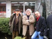 2011. Chișinău. Cu Nicolae Prelipceanu și Leo Butnaru, la poalele statuii lui Eminescu