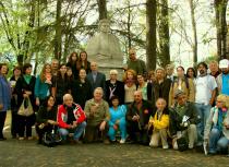 2012. La Mălini, cu Margareta Labiș și un grup de colegi
