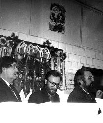 1992. Lansarea volumului 1992 � sisteme de supraviețuire, �ntr-o măcelărie din Piața Amzei, București. Cu Alex. Ștefănescu și Laurențiu Ulici